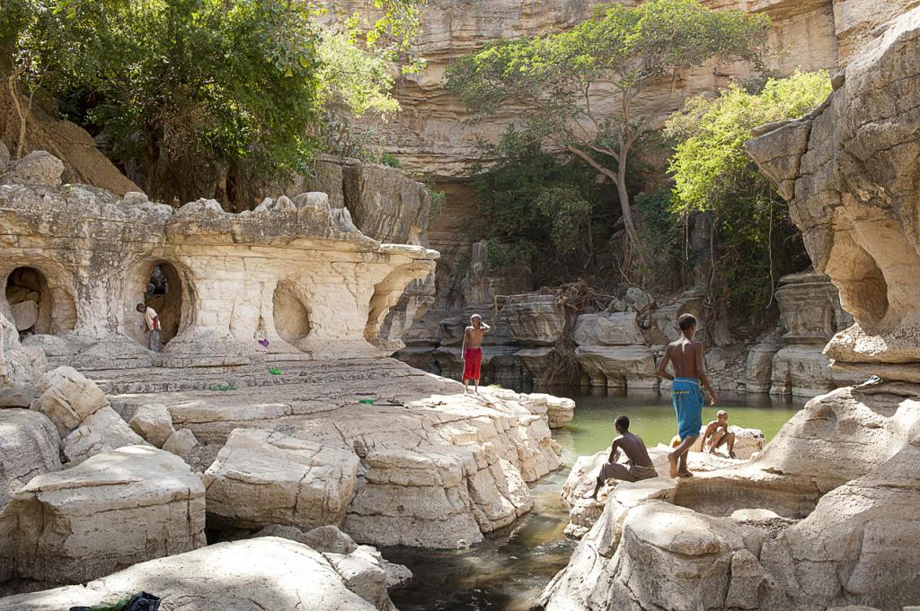 le cave di Sof Umar, altro santo sufi, dove i pellegrini si raccolgono dopo aver visitato il santuario di Sheikh Hussein