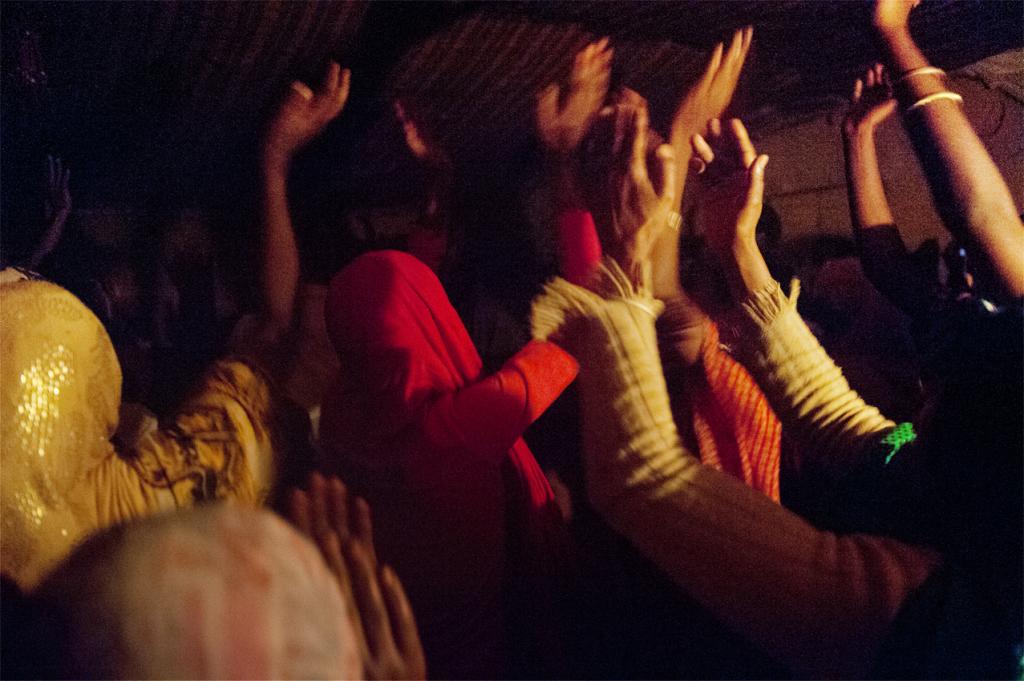 pellegrini recitano zikr durante la notte del Maulud