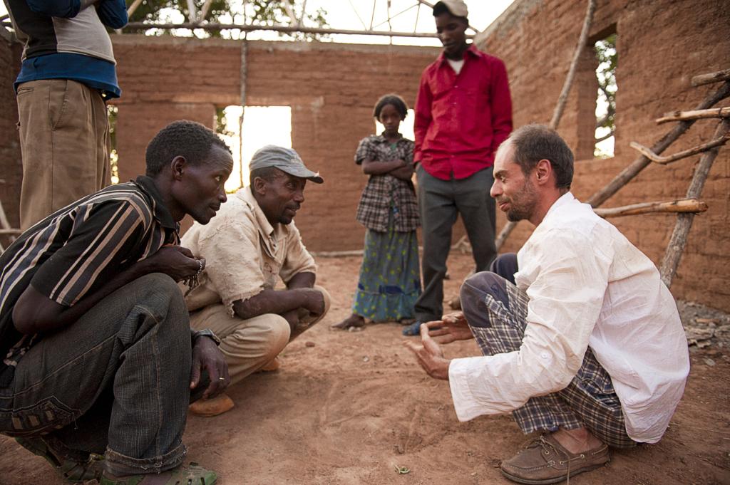 Lorenzo Fontana nel cantiere della chiesa di Webedidiqqa durante una riunione con gli operai
