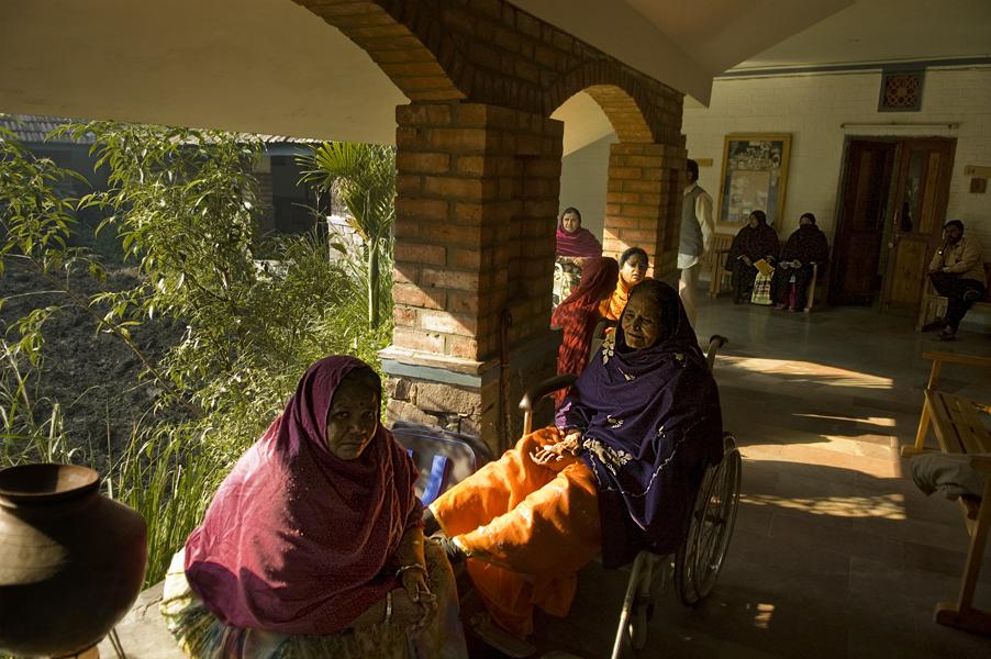 alcuni pazienti della Sambhavna Clinic che offre cure gratuite alle vittime della tragedia