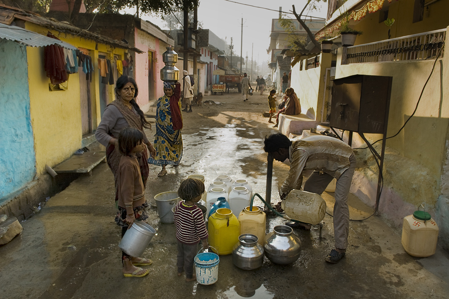 gli abitanti di Arif Nagar, comunità adiacente alla ex fabbrica, si riforniscono di acqua contaminata