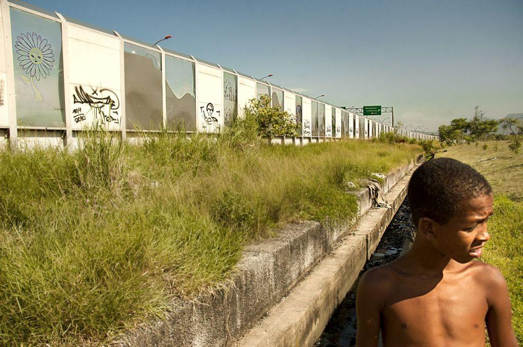 il muro che nasconde il Complexo da Maré a chi percorre la Transcarioca