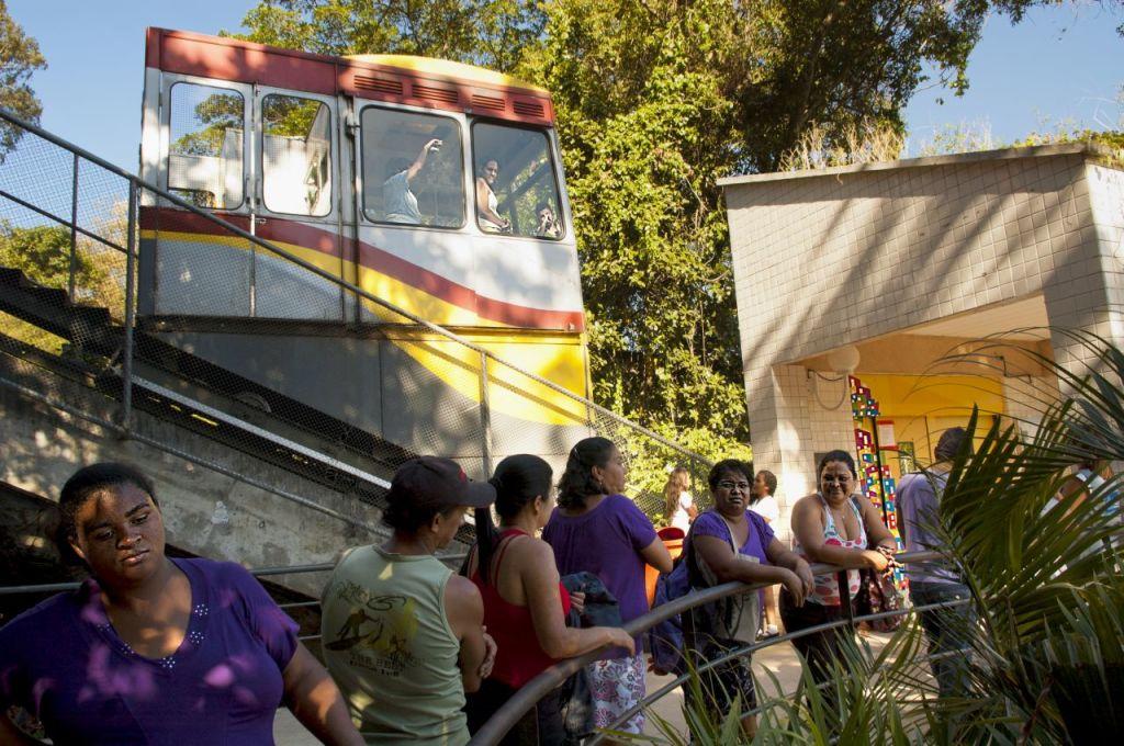 la nuova teleferica che collega la parte alta di Santa Marta con la base della favela