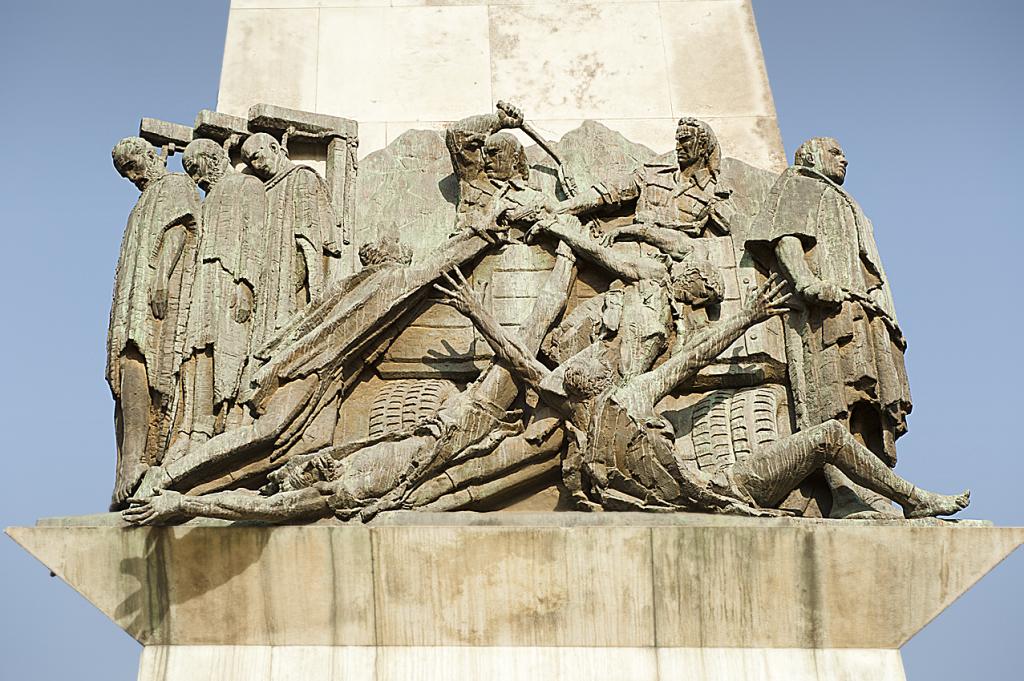 dettaglio dell'obelisco al centro della piazza di Sidist Kilo, che ricorda l'eccidio ordinato da Graziani durante l'occupazione fascista