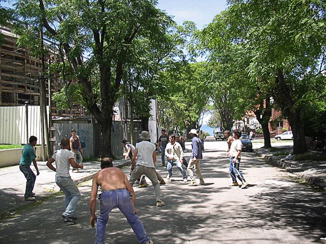 operai giocano a calcio durante la pausa pranzo a Malvin