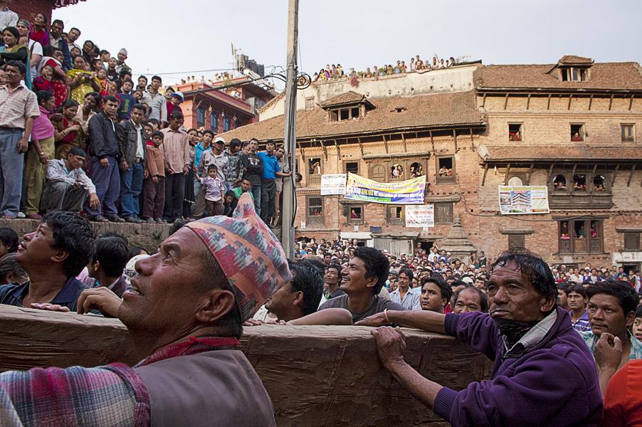 Bhaktapur (Valle di Khatmandu), 18 aprile 2011: gli uomini tirano il carro sacro durante la festa annuale del Bisket Jatra