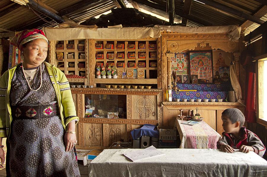 Briddim (Regione del Langtang), 26 aprile 2011: rifugiati tibetani di etnia tamang nella loro casa