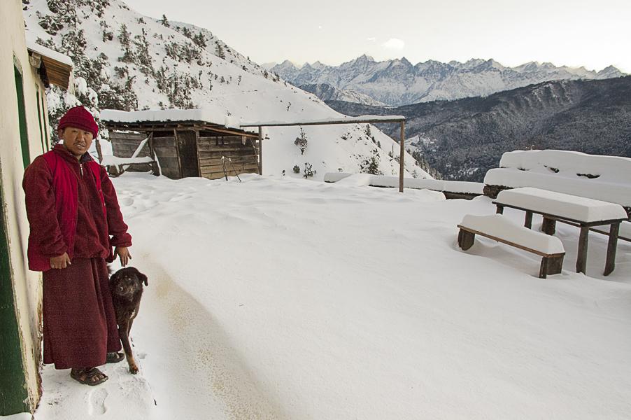 Phurtyang (Regione di Solukhumbu), 17 febbraio 2011: il villaggio dopo una nevicata. Nel panorama sullo sfondo l'Everest è la terza cima da sinistra