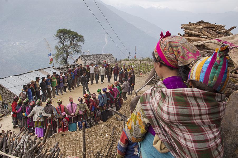 Thuman (Regione del Langtang), 27 aprile 2011: nel villaggio si benedicie il terreno su cui sta per sorgere una nuova casa
