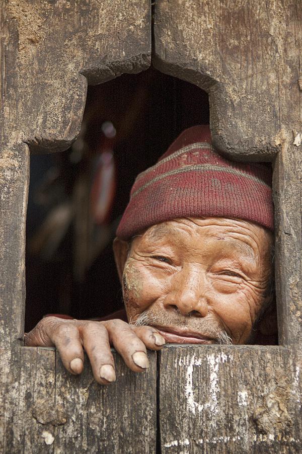 Timure (Regione del Langtang), 26 aprile 2011: un anziano rifugiato tibetano di etnia tamang affacciato alla finestra di casa sua