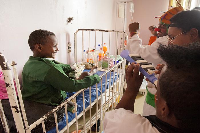 """gli artisti del Fekat Circus impegnati in un ospedale di Addis Abeba con il loro """"Smile Project"""""""