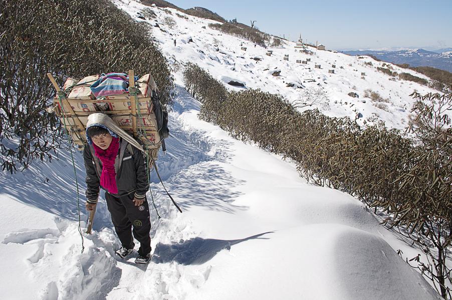 sherpa-climbing-lamajura-la-everest-base-camp-trek