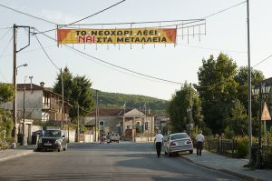 A banner supporting mining in Neohori. As the whole area around Skouries mining site, the town is split between Eldorado employers and Nogold activists